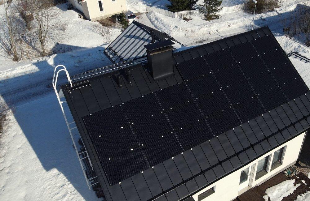 Aurinkopaneelit omakotitalossa Lahdessa