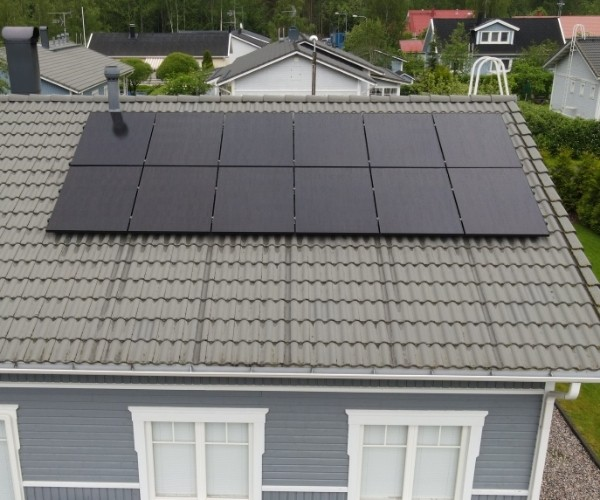12 aurinkopaneelia Heinolassa